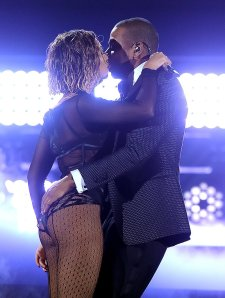 Beyoncé and Jay-Z get hot and heavy at the Grammy Awards.